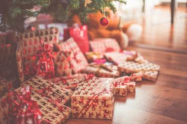 Christmas presents uder tree   free header